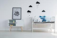 Kind` s slaapkamer met minimalistisch ontwerp royalty-vrije stock afbeelding