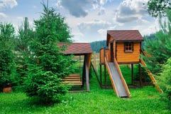 Kind-` s Spielplatz in einem gemütlichen Waldgebiet lizenzfreie stockbilder
