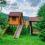 Kind-` s Spielplatz in einem gemütlichen Waldgebiet lizenzfreie stockfotos