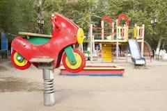 Kind-` s Spielplatz im Hof des Hausschwingens, Dias stockbild