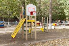Kind-` s Spielplatz im Hof des Hausschwingens, Dias stockfotos