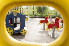 Kind-` s Spielplatz im Hof des Hausschwingens, Dias Lizenzfreie Stockbilder
