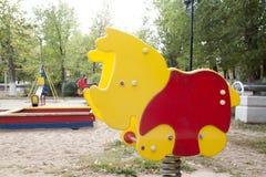 Kind-` s Spielplatz im Hof des Hausschwingens, Dias Stockfotografie