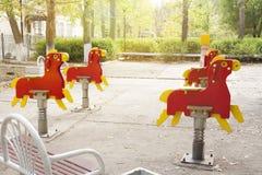Kind-` s Spielplatz im Hof des Hausschwingens, Dias lizenzfreies stockbild