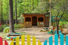 Kind-` s Spielplatz im Yard des Kindergartens Stockfotografie