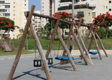 Kind-` s Spielplatz mit Schwingen stockbild