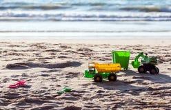 Kind-` s Spielwaren auf dem Strand Lizenzfreie Stockbilder