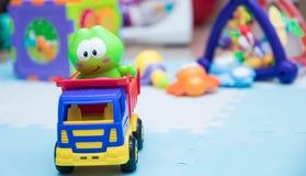 Kind-` s Spielwaren Eine kleine Maschinennahaufnahme für Kinder Spielen der Matte mit den Spielwaren der Kinder horizontaler Hint stockfotos