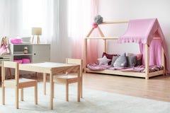 Kind-` s Tabelle und kleine Stühle Stockfotos