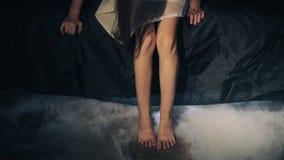 Kind` s voeten Donkere ruimte Bed duisternis tenen Professionele rook stock video