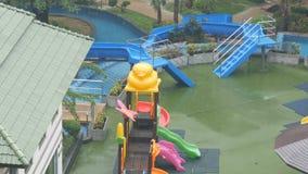 Kind-` s Wasserrutsche und Miniwasserpark im Hotel regnen unten mit einem feuchten Regen stock video