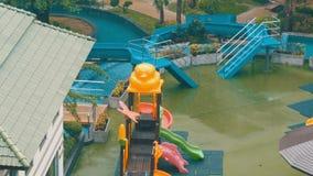 Kind-` s Wasserrutsche und Miniwasserpark im Hotel regnen unten mit einem feuchten Regen stock footage