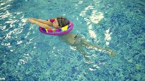 Kind ` S Wasserspiele Im Pool Kleinkinder Baden Im Swimmingpool Stock Video