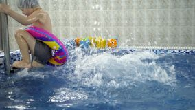 Kind ` S Wasserspiele Im Pool Kleinkinder Baden Im Swimmingpool Stock Video