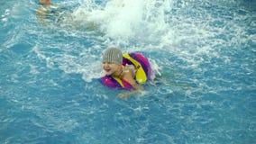 Kind ` S Wasserspiele Im Pool Kleinkinder Baden Im Swimmingpool
