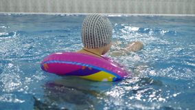 Kind ` S Wasserspiele Im Pool Kleinkinder Baden Im Swimmingpool Stock Video  Footage