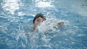 Kind ` S Wasserspiele Im Pool Kleinkinder Baden Im Swimmingpool Stock  Footage