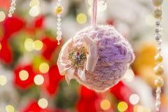 Kind-` s weiches Weihnachtsbaumspielzeug, netter Weihnachtsball Stockfoto