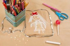Kind-` s Zeichnung der Mutter Sohn gibt der Mama eine Blume Hintergrund des alten Kraftpapiers, farbiger Bleistift, Süßigkeit auf Stockfoto