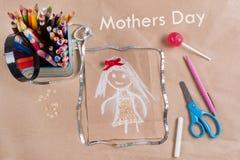Kind-` s Zeichnung der Mutter Sohn gibt der Mama eine Blume Hintergrund des alten Kraftpapiers, farbiger Bleistift, Süßigkeit auf Lizenzfreie Stockbilder