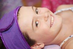 Kind am Schönheitssalon Stockfoto
