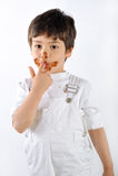 Kind schmutzig mit Kuchen Stockfotografie