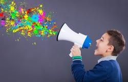 Kind schreit in ein Megaphon, die geplätscherten Farben, die von ihm herausnehmen lizenzfreie stockfotos