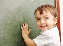 Kind am Schulklassenzimmer Stockfotografie