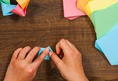 Kind setzt die Module Kind-` s Kreativität gemacht vom Papier, Origamihandwerk, Handwerkkünste für Kinder handmade Auf hölzerner  stockfoto
