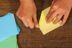 Kind setzt die Module Kind-` s Kreativität gemacht vom Papier, Origamihandwerk, Handwerkkünste für Kinder handmade Auf hölzerner  lizenzfreie stockfotografie