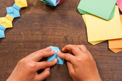 Kind setzt die Module Kind-` s Kreativität gemacht vom Papier, Origamihandwerk, Handwerkkünste für Kinder handmade Auf hölzerner  stockfotos