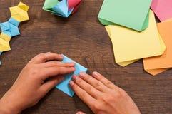 Kind setzt die Module Kind-` s Kreativität gemacht vom Papier, Origamihandwerk, Handwerkkünste für Kinder handmade Auf hölzerner  lizenzfreie stockbilder