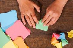 Kind setzt die Module Kind-` s Kreativität gemacht vom Papier, Origamihandwerk, Handwerkkünste für Kinder handmade Auf hölzerner  stockfotografie