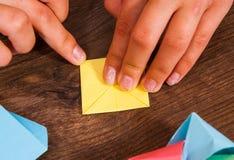 Kind setzt die Module Kind-` s Kreativität gemacht vom Papier, Origamihandwerk, Handwerkkünste für Kinder handmade Auf hölzerner  lizenzfreies stockbild