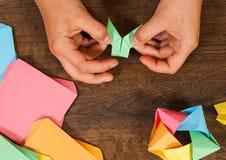 Kind setzt die Module Kind-` s Kreativität gemacht vom Papier, Origamihandwerk, Handwerkkünste für Kinder handmade Auf hölzerner  stockbild