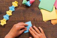Kind setzt die Module Kind-` s Kreativität gemacht vom Papier, Origamihandwerk, Handwerkkünste für Kinder handmade Auf hölzerner  lizenzfreie stockfotos