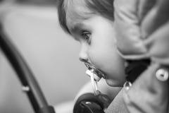 Kind sitzt in einem Wagen stockfotos