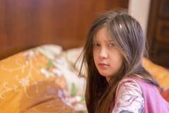 Kind slaperige geeuw in bed Slaperig meisje op het bed royalty-vrije stock foto