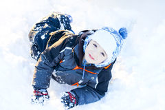 Kind in sneeuw Stock Afbeeldingen