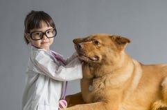 Kind speeldierenarts stock afbeeldingen