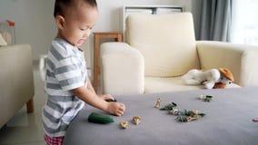Kind speelmilitairen en beeldjespeelgoed stock video
