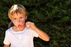 Kind am Spiel stockfotografie
