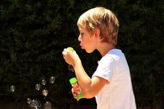 Kind am Spiel lizenzfreie stockfotografie