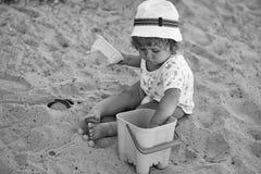 Kind spielt im Sandkasten Jungenüberzug mit Plastikspielwaren Lizenzfreie Stockbilder