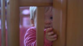 Kind spielt in seinem Bett, das Springen und versucht hinauszugehen stock footage