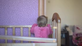 Kind spielt in seinem Bett und springt stock footage