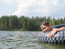 Kind spritzt vom Wasser um einen Schwimmer, das Kind, das über Schwimmen aufgeregt wird Das Konzept einer glücklichen Kindheit Lizenzfreies Stockbild