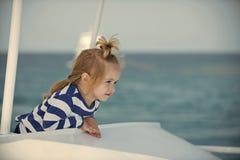 Kind steht auf dem Boot still Kindheits- und Glückkonzept Lizenzfreie Stockfotografie