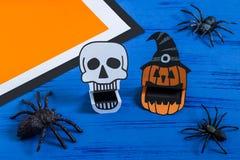 Kind stellt toothy Papierspielwaren für Halloween her Schritt 13 Lizenzfreie Stockfotos