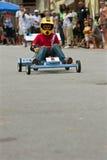 Kind steuert selbst gemachtes Auto im Atlanta-Seifen-Kasten Derby Event Stockfoto